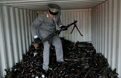 02Italy-seized-guns-in-container_a