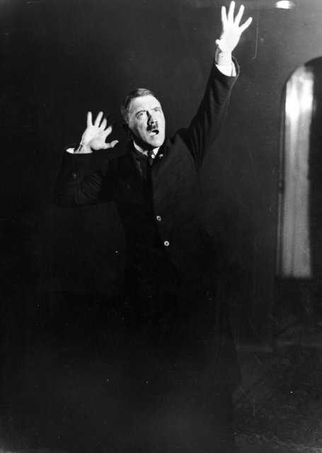 Adolf+Hitler+Posing+to+a+Recording+of+His+Own+Speeches+1925+8