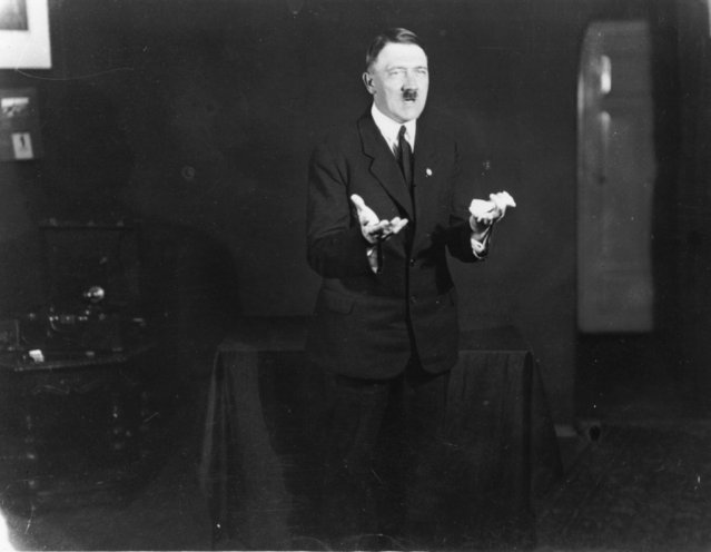 Adolf+Hitler+Posing+to+a+Recording+of+His+Own+Speeches+1925+9