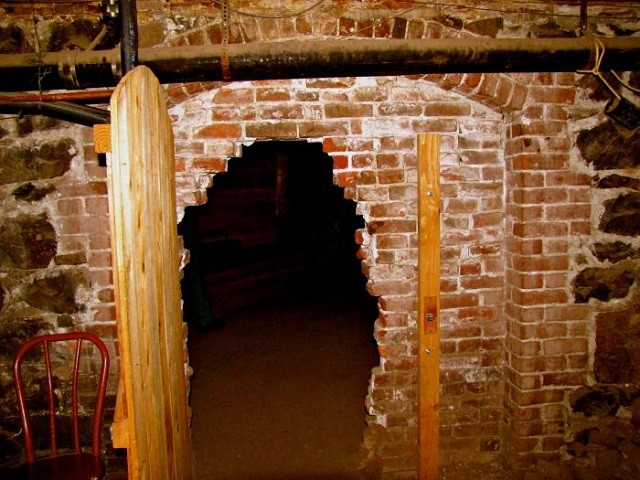 2012-september-october-1859-portland-oregon-history-haunted-oregon-shanghai-tunnels-underground-tunnel-entrance