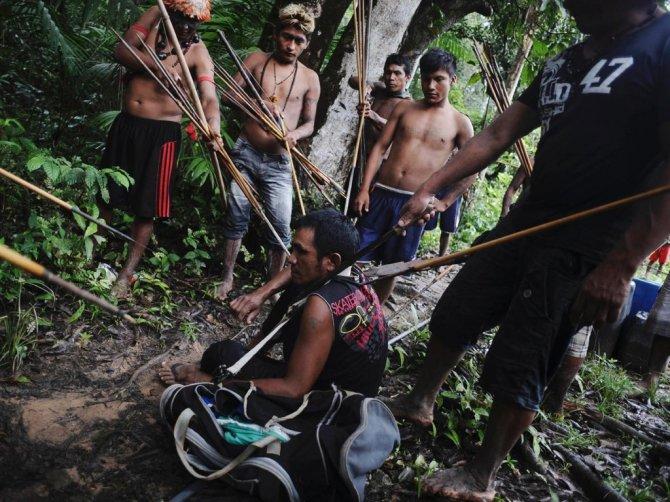 amazzonia tribu attacca taglialegna alberi 5