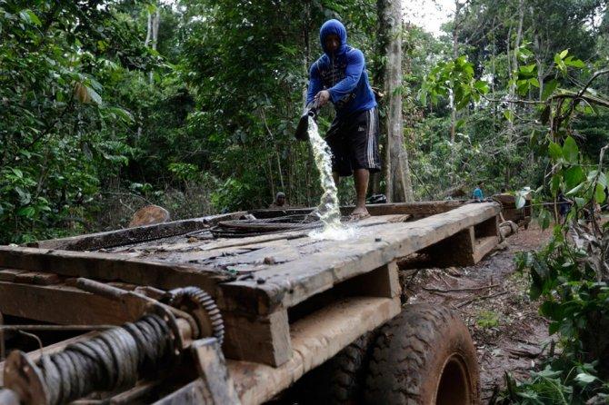 amazzonia tribu attacca taglialegna alberi 9