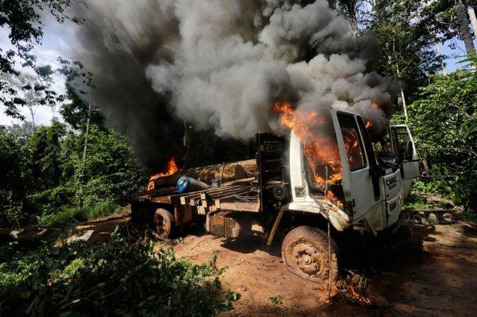 amazzonia tribu attacca taglialegna alberi 11