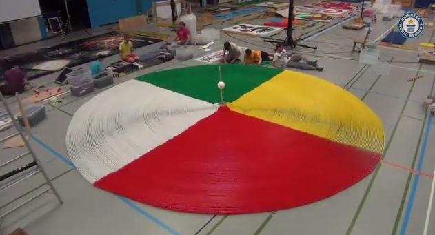 Un domino con cinquantamila tessere: uno spettacolo. Guarda il video
