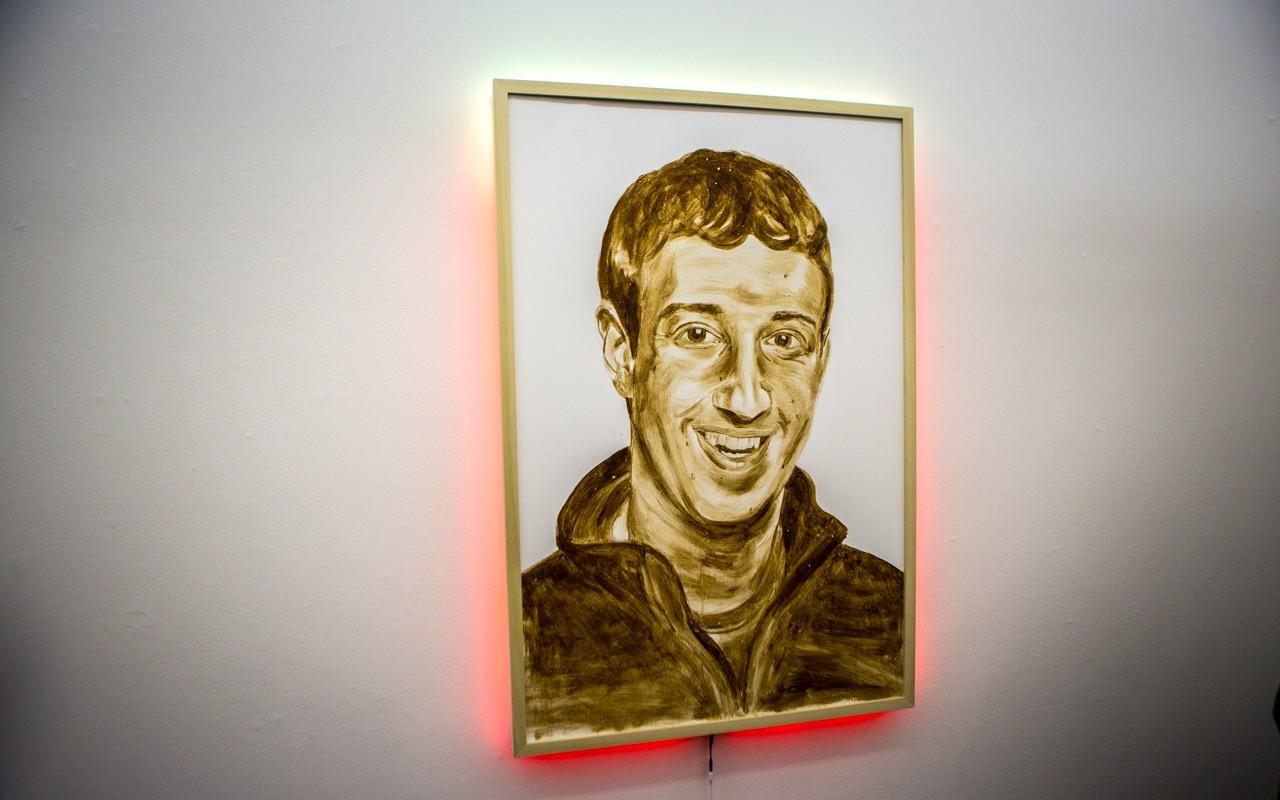 Mark Zuckerberg ritratto con la merda ed altre provocazioni, in mostra a New York