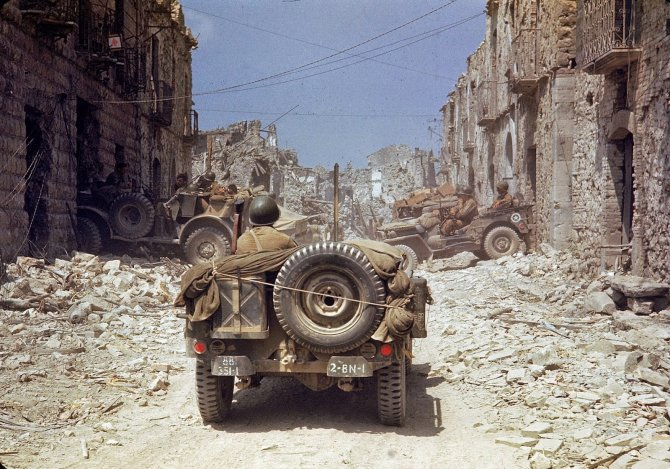 Rare Color Photographs from World War II (5)