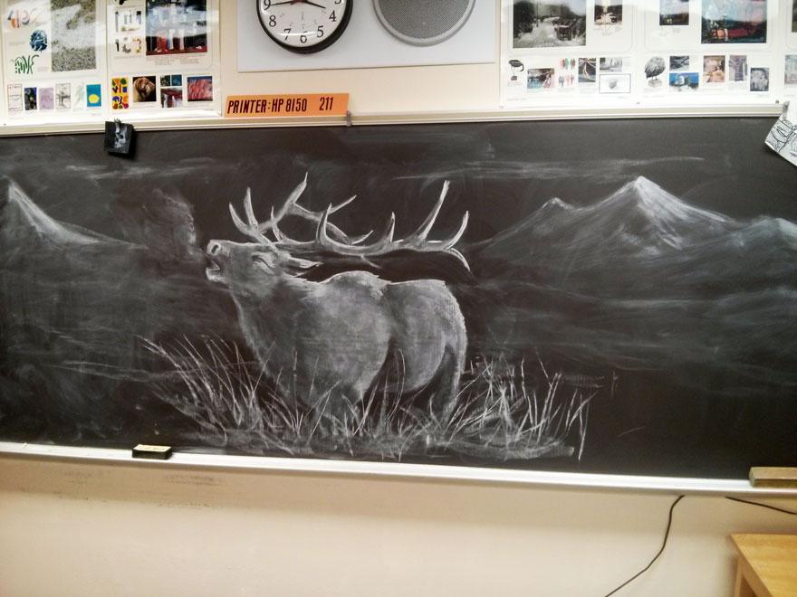 Questo insegnante di arte disegna sulla lavagna della classe dei capolavori