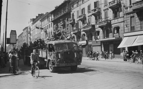 Luigi Ferrario. Corso Buenos Aires, autocarro carico di partigiani di fronte al cinema Venezia