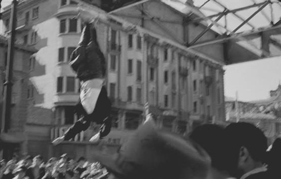 Luigi Ferrario. Piazzale Loreto, il corpo di Benito Mussolini esposto alla folla appeso alle travi della tettoia del distributore di benzina Esso.