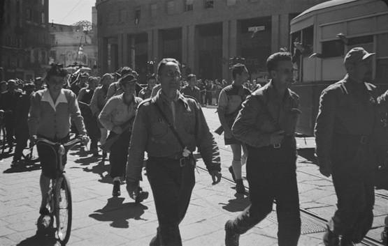 Luigi Ferrario. Piazza San Babila, sfilata di una formazione partigiana di fronte al Teatro Nuovo.