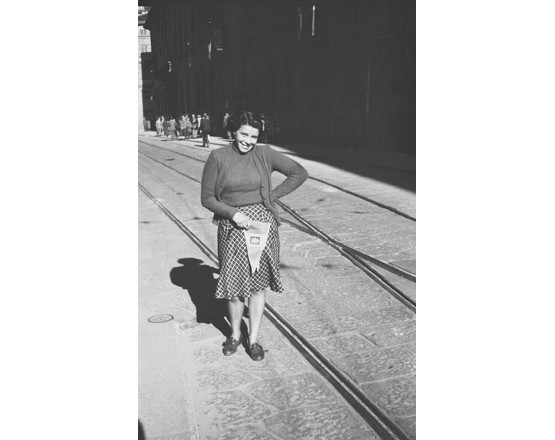 Corso Monforte, ritratto di giovane donna con bandierina italiana.