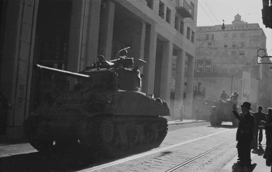Luigi Ferrario. Corso Monforte, carri armati Sherman.