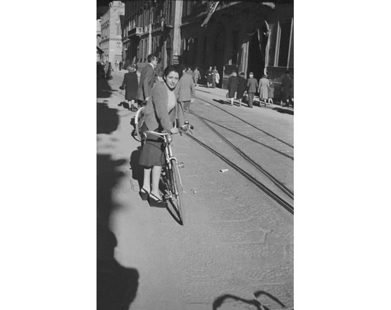 Corso Monforte, ritratto di giovane donna con bicicletta.
