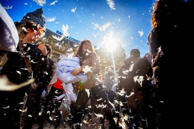 pillow fight documentary photography 024 880