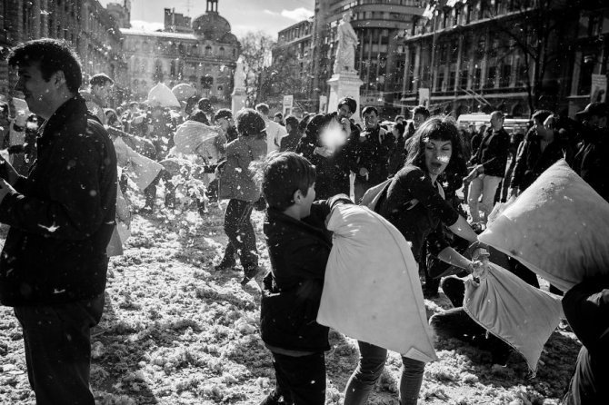 pillow fight documentary photography 039 880