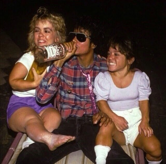 Michael Jackson drinking vodka and chilling with 2 midgets, ca. 1980s