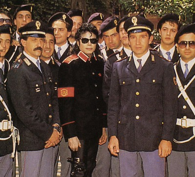 On-Tour-In-Italy-michael-jackson-34601269-399-362
