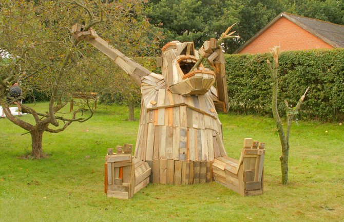 I-create-giant-sculptures-from-scrap-wood-__880