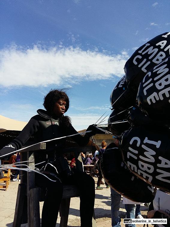 La temibile inserviente addetta alla vendita di palloncini