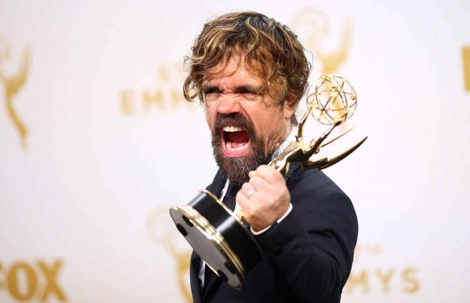 Peter Dinklage, con la statuetta vinta per Game of Thrones