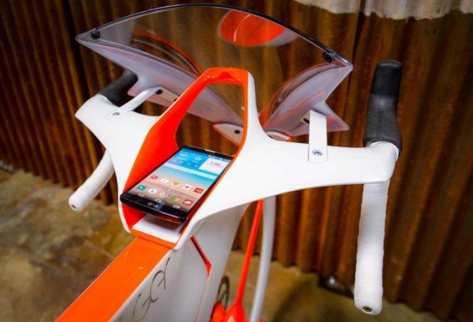 Il manubrio della bicicletta fUCI, con l'alloggiamento per lo smartphone