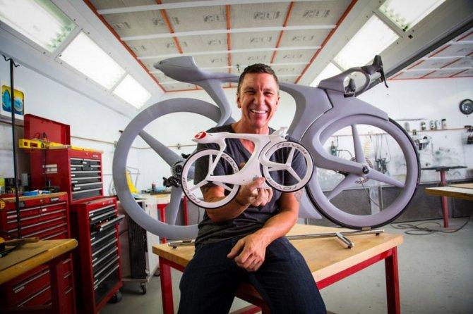 Il designer Robert Eggers con il modellino di fUCI