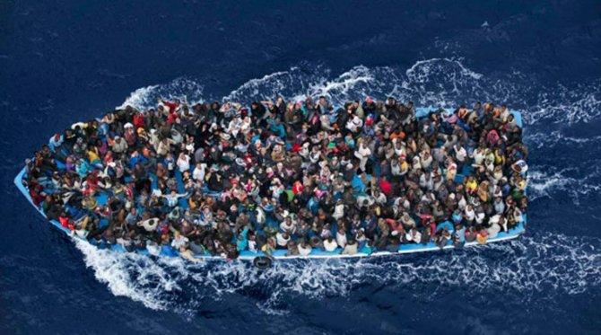Una barca di migranti tra Libia e Italia