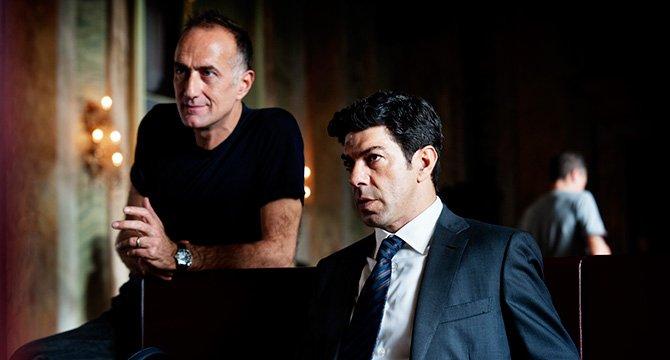 Il regista Stefano Sollima e Pierfrancesco Favino sul set di Suburra. Foto di Emanuela Scarpa