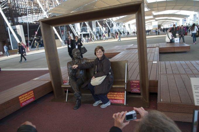 """""""Dai dai, la foto con la statua di Lucio Dalla - Foto: Gabriele Ferraresi, STATUA VIDEOSROVEGLIATA"""