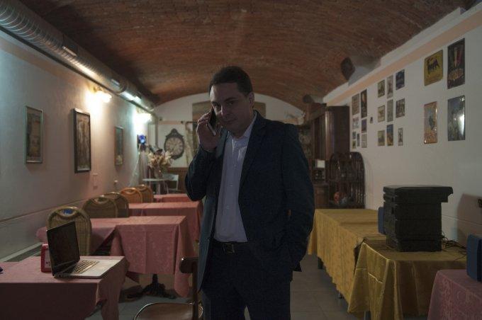 Andrea Diprè al telefono - foto: Gabriele Ferraresi