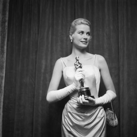 Grace Kelly con la statuetta dell'Oscar, foto in bianco e nero