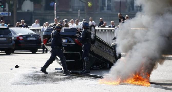 Proteste contro Uber a Parigi