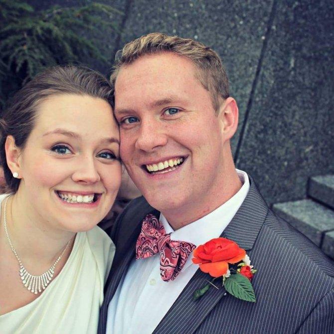 creepy wedding photobomb