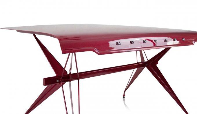 Una delle creazioni di Unibro Design, un tavolo realizzato a partire dal portellone posteriore di una Ford Mustang
