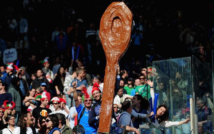 Tifosi italiani con un gigantesco cucchiaio di legno