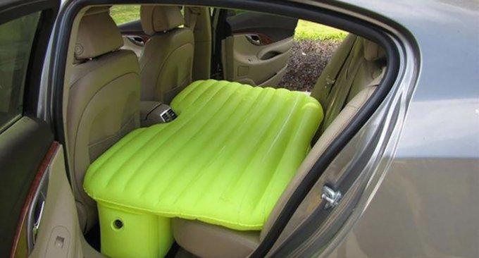 Questo materasso gonfiabile trasforma la vostra macchina in un ...