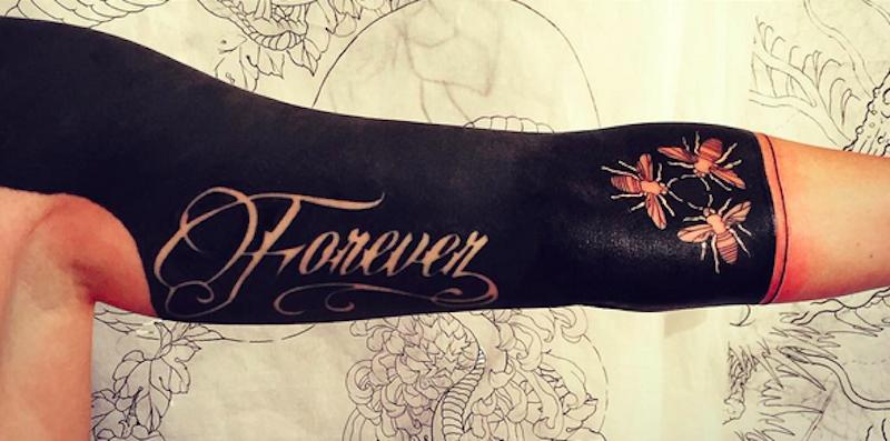 Famoso I tatuaggi blackout completamente neri sono il trend dell'anno HJ49