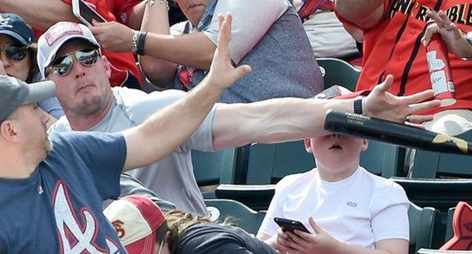 super papà figlio telefonino volante mazza baseball