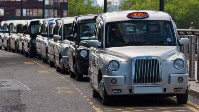 Coda di taxi a Londra