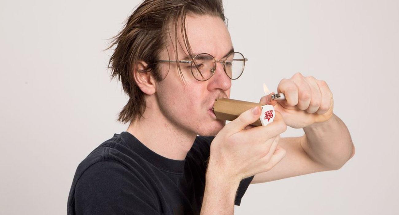 Questo cartone per la pizza diventa una pipetta per fumare marijuana