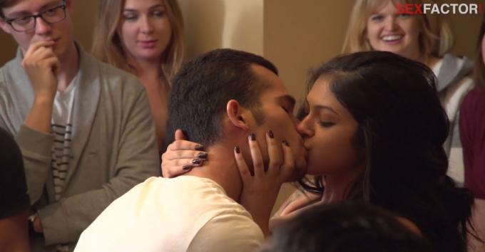 Due concorrenti nella sfida del bacio
