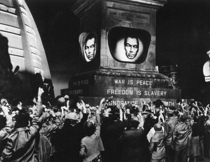 Nel 2000 non sorge il Sole, la prima riduzione cinematografica di 1984, uscì nei cinema nel 1956