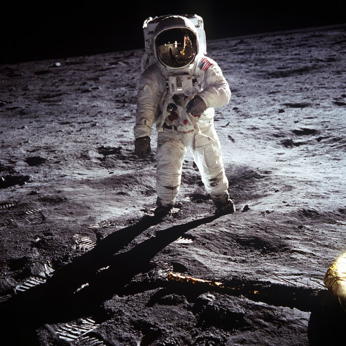 Buzz Aldrin cammina sul suolo della Luna, durante la missione Apollo 11
