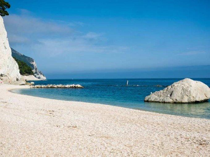 Conero_-_spiaggia_di_Numana spiagge libere più belle d'Italia