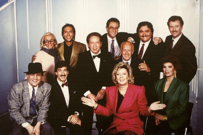 Mike Bongiorno insieme a registi e conduttori Fininvest in un'immagine d'archivio di fine anni ottanta
