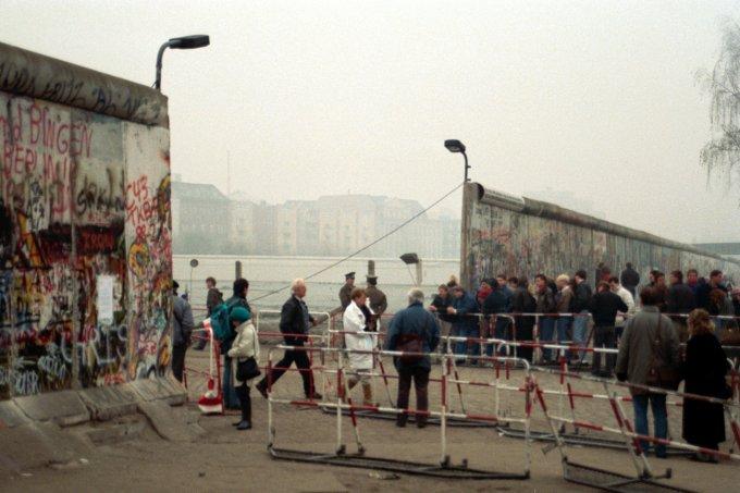 In Potsdamer Platz cittadini di Berlino Est varcano il confine: è il 1989 e la Germania torna unita