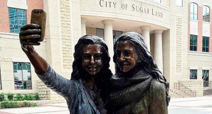 statua selfie texas