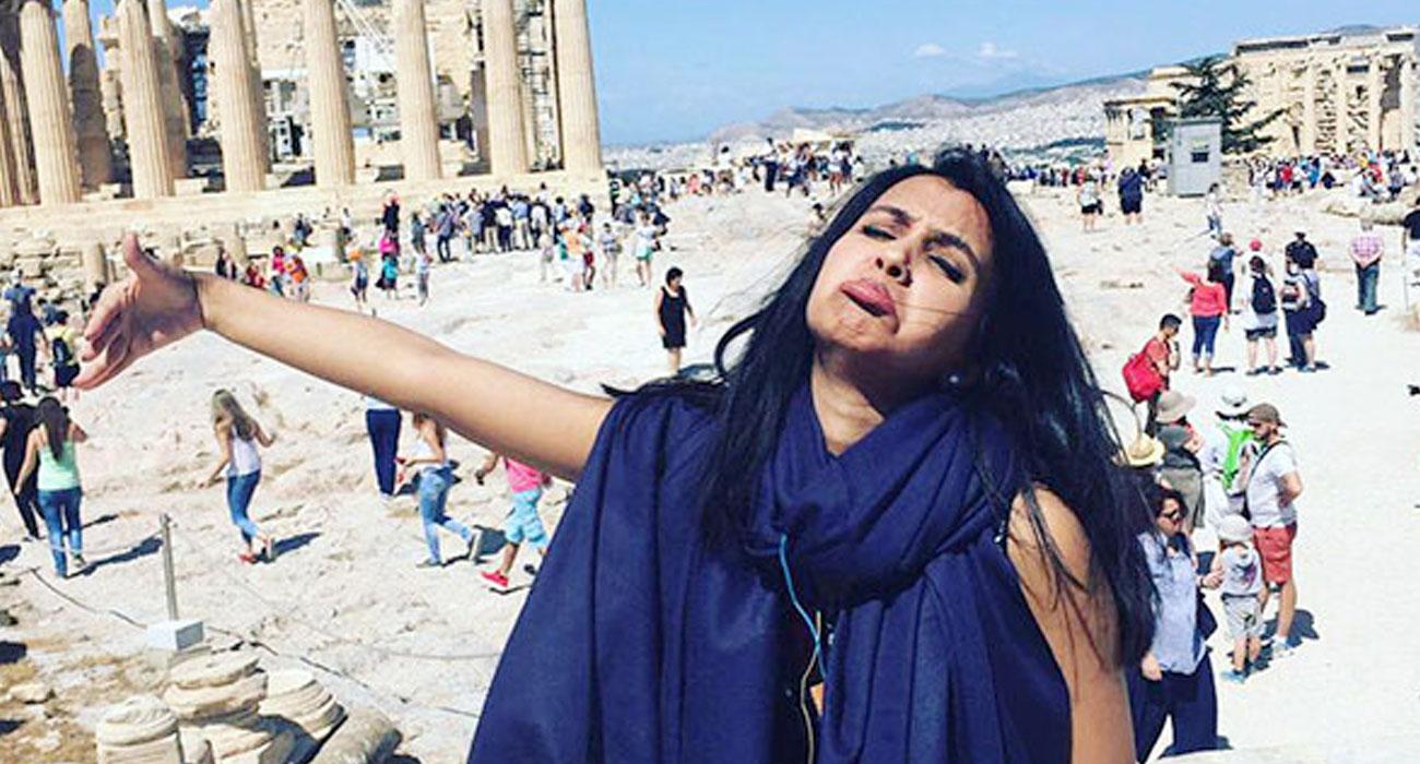 Viaggio di nozze da sola: le foto tutte da ridere di questa ragazza in Grecia
