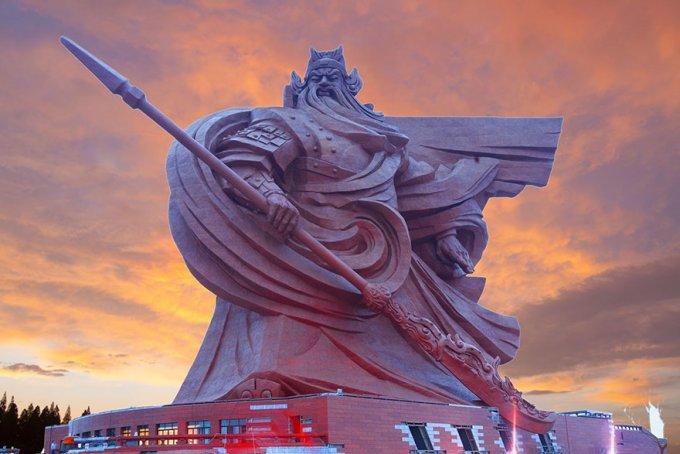 La statua epica del Dio della Guerra cinese