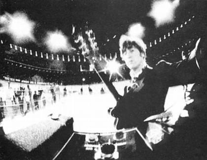 John Lennon si scatta una foto durante il live di Candlestick Park a San Francisco